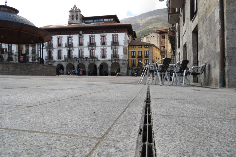 GROOVED GRID IN THE MAIN SQUARE OF AZPEITIA: AESTHETICS AND PREVENTION